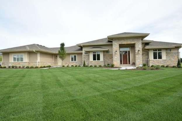 12576 N Hawks Glen Ct, Mequon, WI 53097
