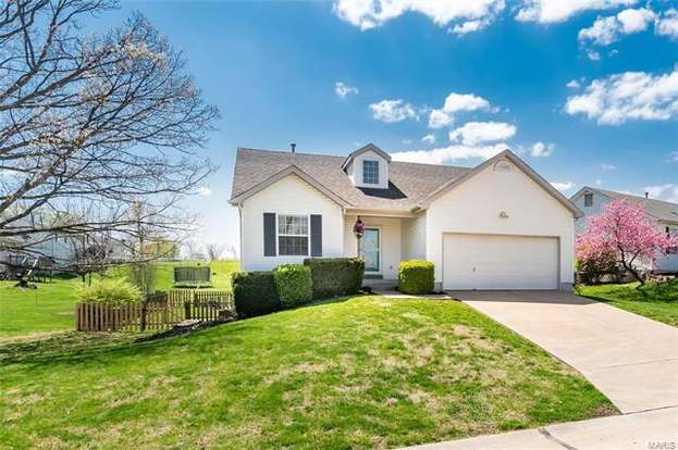 11 Mouser Dr, St Charles, MO 63304 - 2 beds/2 baths